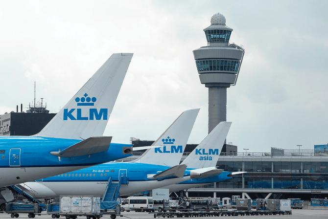 klm-vliegtuigen-geparkeerd-op-schiphol